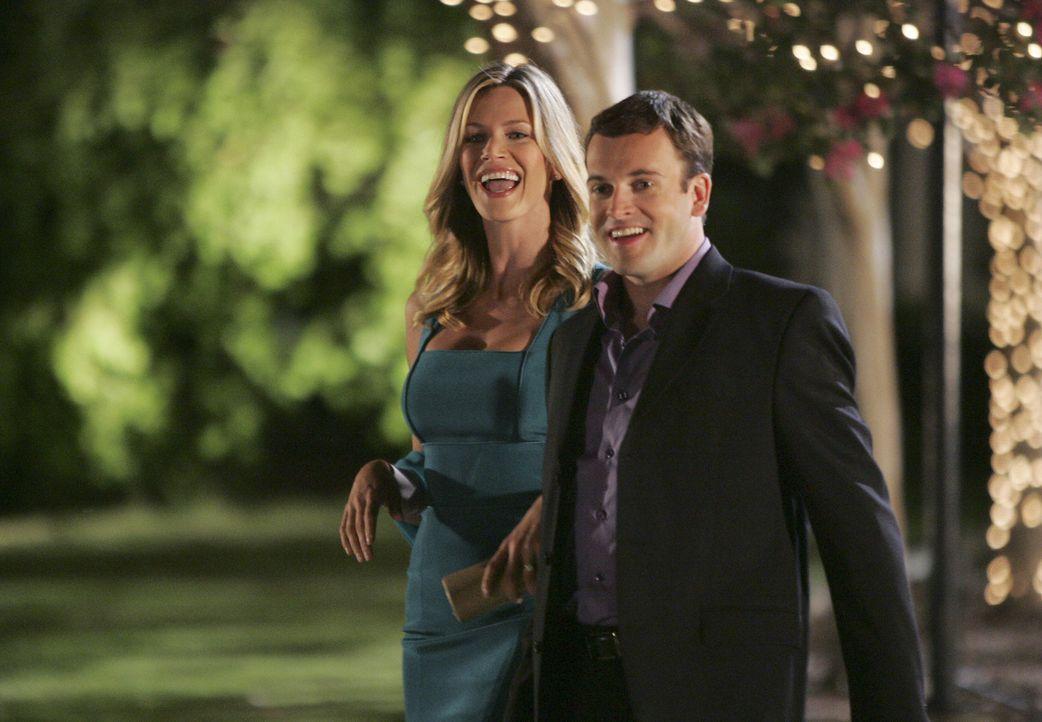 Die Verlobungsfeier steht kurz bevor: Das Glück von Eli (Jonny Lee Miller, r.) und Taylor (Natasha Henstridge, l.) wird jedoch schon bald getrübt ..... - Bildquelle: Disney - ABC International Television