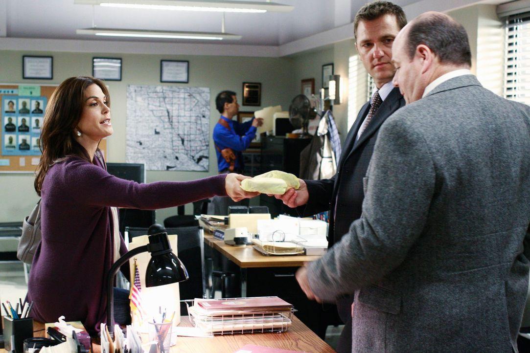 Während Gaby Probleme damit hat, Juanita zu Hause zu unterrichten, versucht Susan (Teri Hatcher, l.) die Polizisten (Karl Makinen, M. und Michael De... - Bildquelle: ABC Studios