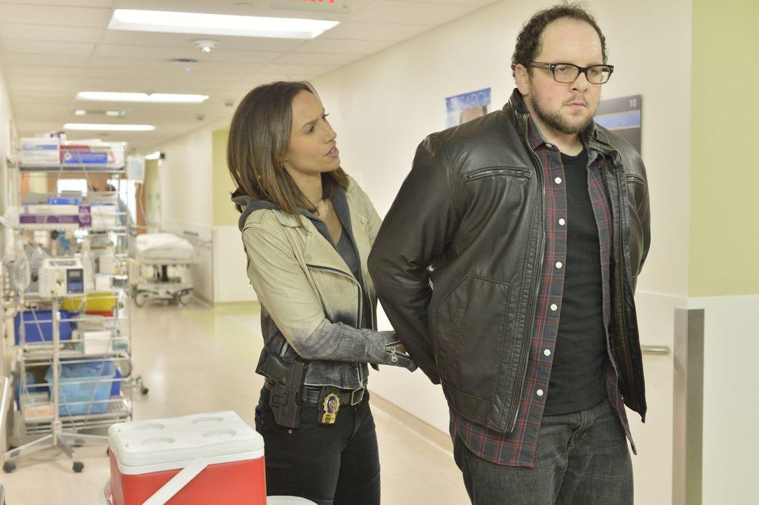 Tess (Nina Lisandrello, l.) muss J.T. (Austin Basis, r.) aus einer brenzligen Situation retten ... - Bildquelle: 2013 The CW Network, LLC. All rights reserved.