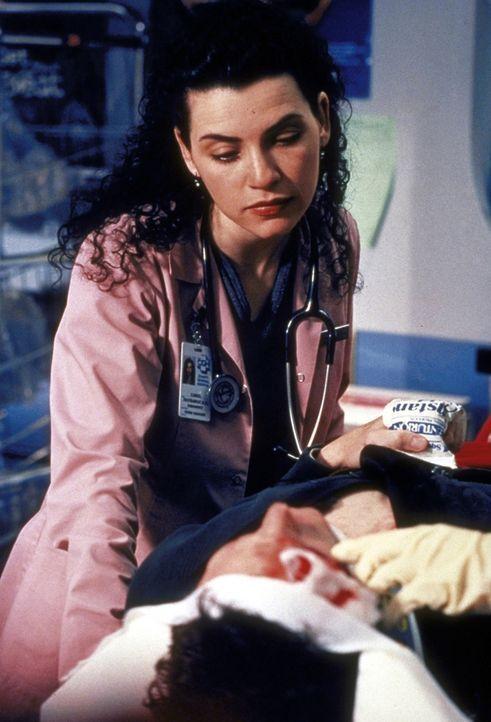 Carol Hathaway (Julianna Margulies, l.) kümmert sich um die schizophrene Coco (Sheila Kelley, r.), die ohne Medikamente die Kontrolle über sich verl... - Bildquelle: TM+  2000 WARNER BROS.