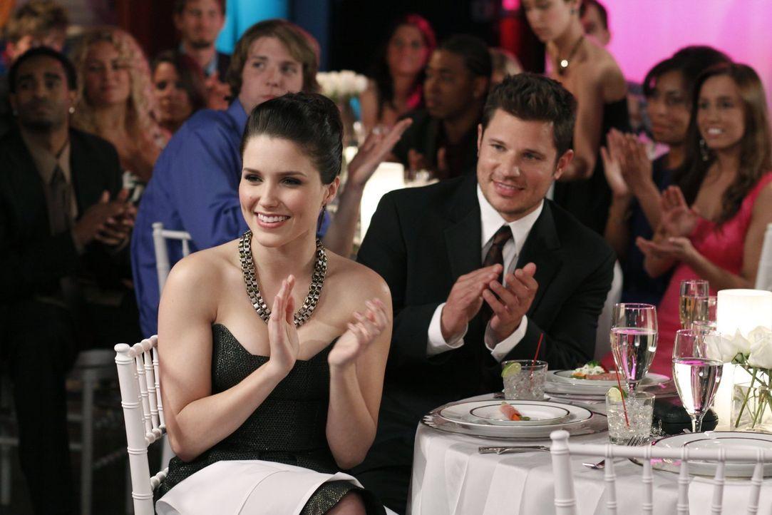 Brooke (Sophia Bush, l.) hat sich spontan entschieden, Nick Lachey (Nick Lachey, r.) mit auf PEytons und Lucas' Hochzeit zu nehmen ... - Bildquelle: Warner Bros. Pictures