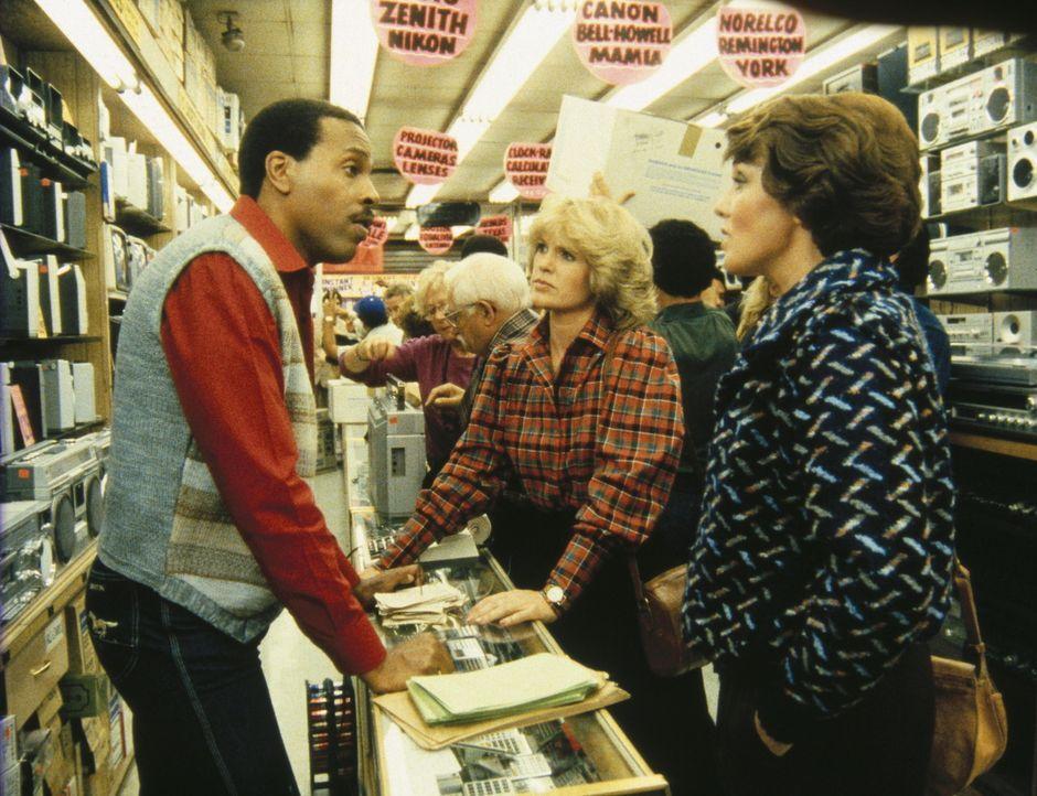 Cagney (Sharon Gless, M.) und Lacey (Tyne Daly, r.) befragen einen Verkäufer nach den Kaufgewohnheiten ihres Kollegen Isbecki. - Bildquelle: ORION PICTURES CORPORATION. ALL RIGHTS RESERVED.
