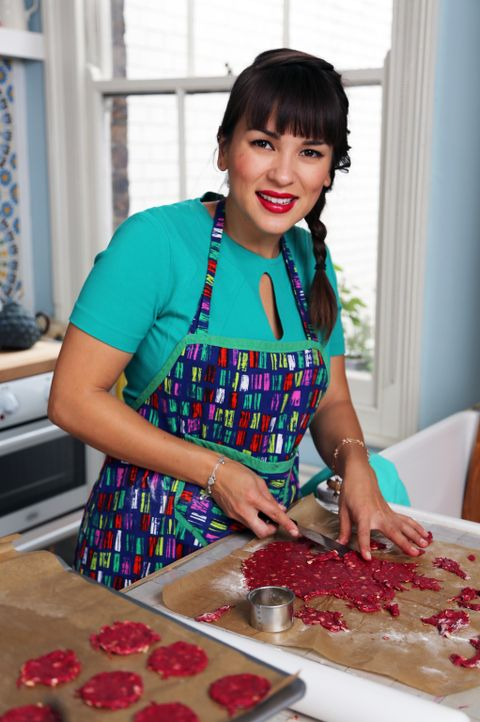 Schottische Haferplätzchen verfeinert Rachel Khoo mit roter Bete und macht so aus etwas ganz Alltäglichem etwas Besonderes ... - Bildquelle: Richard Hill BBC 2013