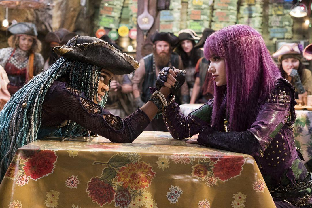 Kann Mal (Dove Cameron, r.) noch verhindern, dass Uma (China Anne McClain, l.) alle Gauner der Insel auf die Welt loslässt? - Bildquelle: Disney