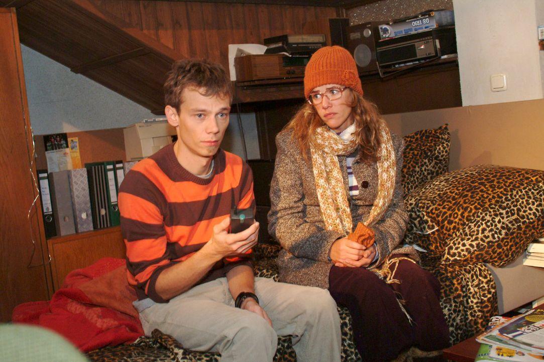 Lisa (Alexandra Neldel, r.) tröstet den verzweifelten Jürgen (Oliver Bokern, l.), der von Sabrina abserviert wurde. (Dieses Foto von Alexandra Nel... - Bildquelle: Monika Schürle Sat.1