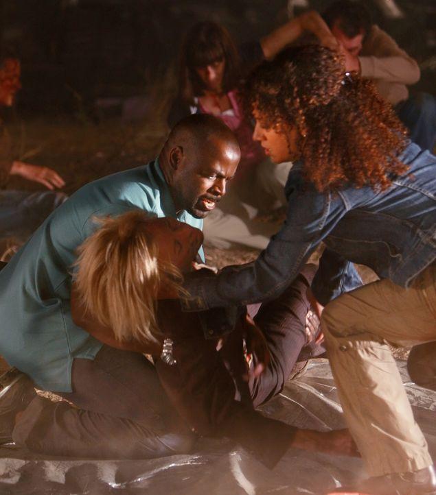 Nach dem Zugunglück versuchen Nikki (Sophina Brown, r.) und David (Alimi Ballard, l.), die Verunglückten zu bergen ... - Bildquelle: Paramount Network Television