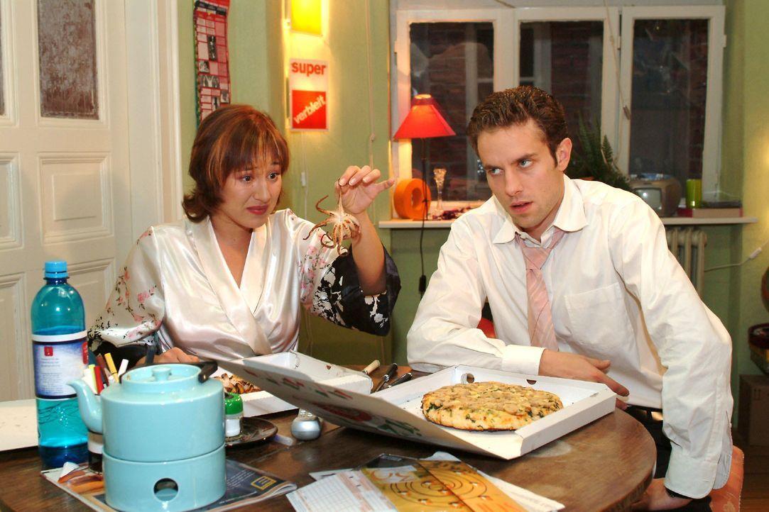 Max (Alexander Sternberg, r.) und Yvonne (Bärbel Schleker, l.) geraten über das Essen in einen Streit ... - Bildquelle: Monika Schürle SAT.1 / Monika Schürle