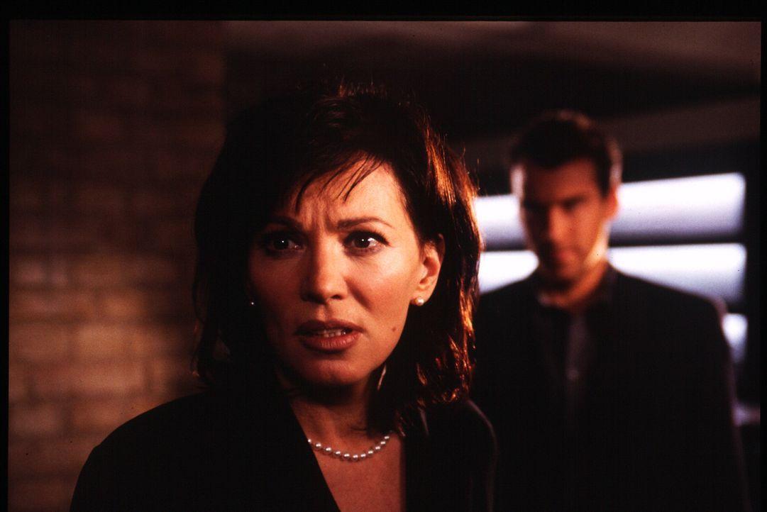 Nora (Iris Berben, l.) hat Visionen von ihrem Ex-Freund Mario (Andrew Byrne, r.) - Bildquelle: Stephan Rabold Sat.1