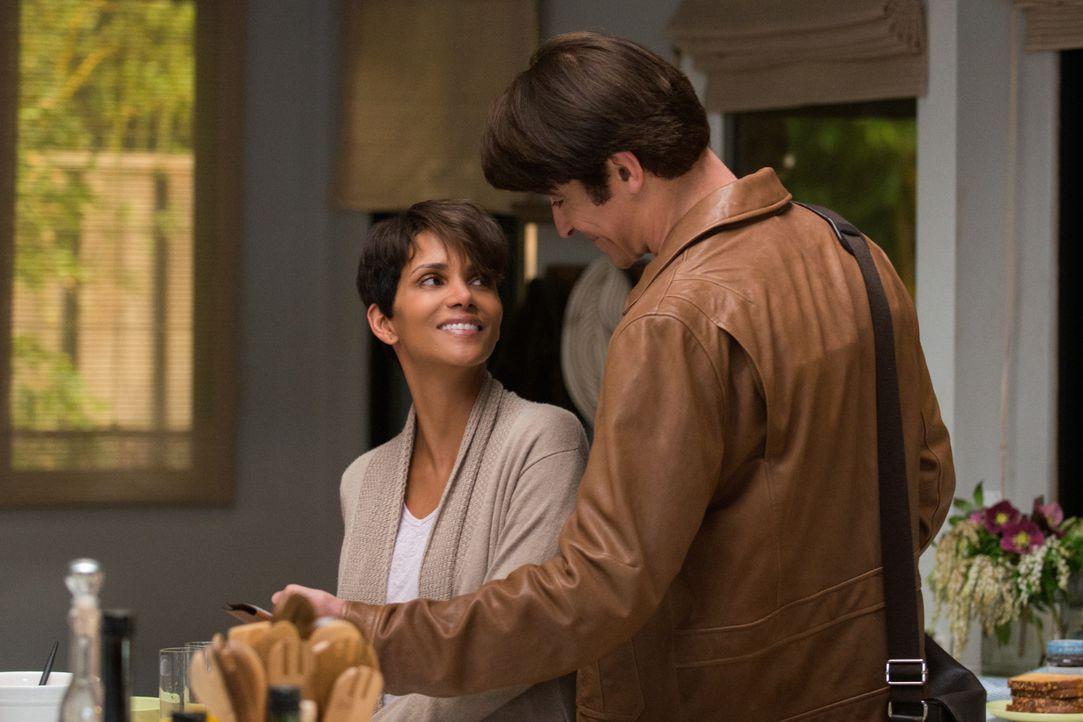 Wird sich Molly (Halle Berry, l.) wieder an ein Familienleben mit ihrem Ehemann John (Goran Visnjic, r.) gewöhnen können? - Bildquelle: Dale Robinette 2014 CBS Broadcasting, Inc. All Rights Reserved