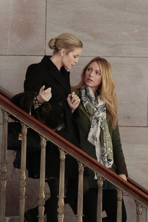 Serena (Blake Lively, r.) hat pikante Neuigkeiten für Lily (Kelly Rutherford, l.) ... - Bildquelle: Warner Bros. Television