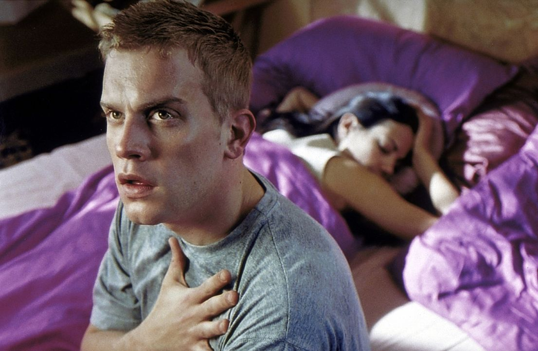 Nacht für Nacht quält Hypochonder Stefan (Sebastian Bezzel, l.) der gleiche Albtraum: Sein Medikamentenschrank ist leer, und die Herzattacke naht.... - Bildquelle: ProSieben