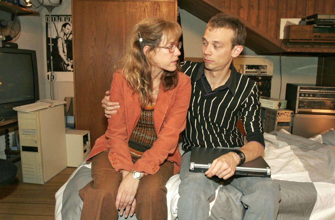 Lisa (Alexandra Neldel, l.) ist froh, dass sie bei Jürgen (Oliver Bokern, r.) Geborgenheit findet. - (Dieses Foto von Alexandra Neldel darf nur in Z... - Bildquelle: Noreen Flynn SAT.1 / Noreen Flynn