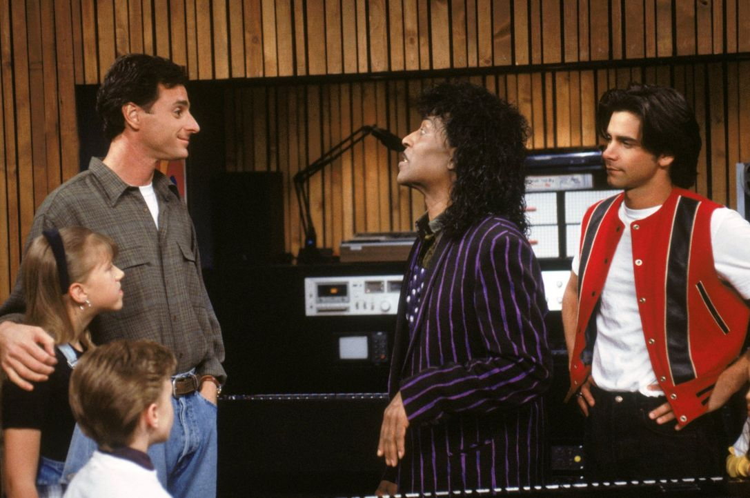 Stephanie (Jodie Sweetin, l.), Derek (Blake Mclver Ewing, 2.v.l.), Danny (Bob Saget, M.) und Jesse (John Stamos, r.) sind erstaunt, als plötzlich Li... - Bildquelle: Warner Brothers Inc.