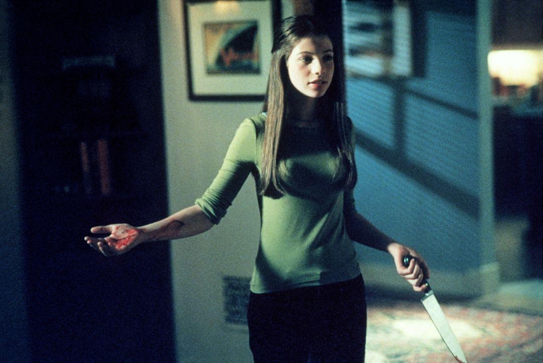 Als Buffy wenig später zu ihrem Geburtstag eine kleine Party gibt, verhalten sich ihre Freunde Dawn (Michelle Trachtenberg) gegenüber sehr merkwürdi... - Bildquelle: TM +   2000 Twentieth Century Fox Film Corporation. All Rights Reserved.