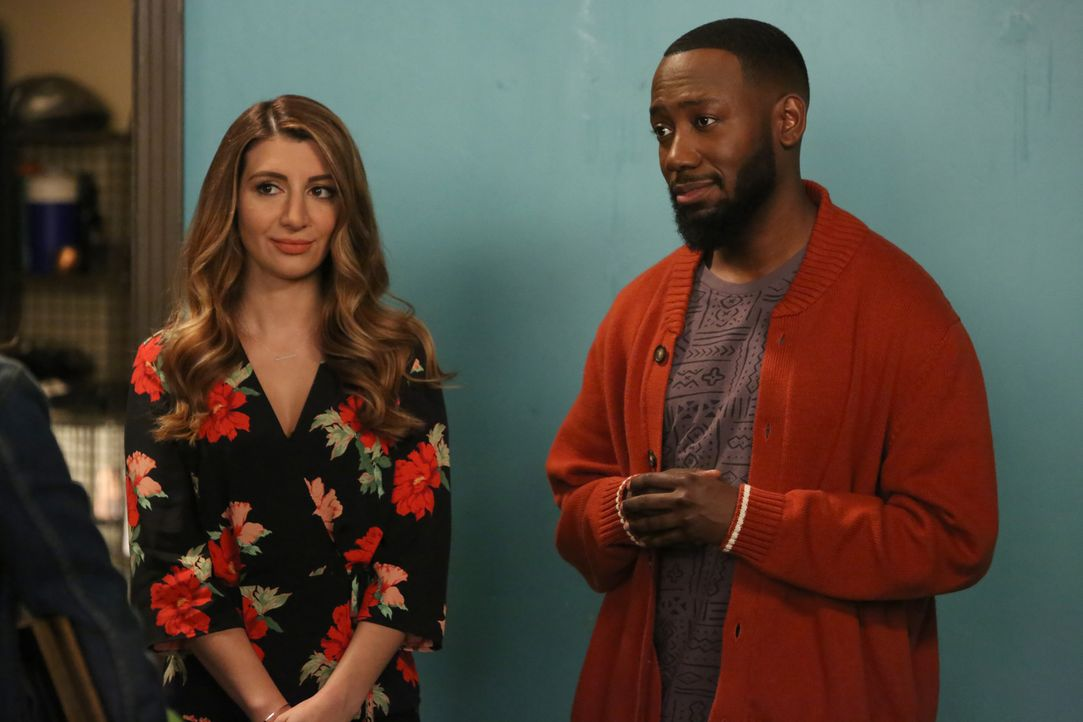 Aly (Nasim Pedrad, l.) will Winston (Lamorne Morris, r.) helfen, sich mit einer wichtigen Person aus seinem Leben zu versöhnen ... - Bildquelle: Ray Mickshaw 2017 Fox and its related entities.  All rights reserved.