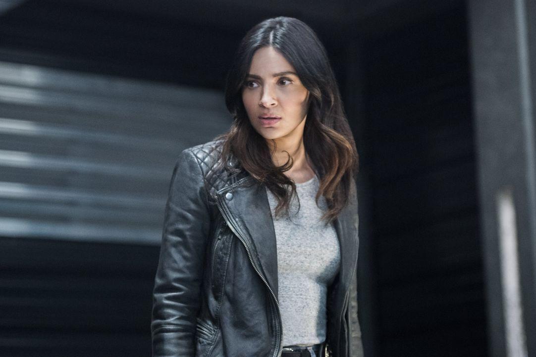 Obwohl Supergirl und Maggie (Floriana Lima) normalerweise nicht auf einer Wellenlänge schweben, schließen sie sich zusammen, als es darum geht, Alex... - Bildquelle: 2016 Warner Brothers
