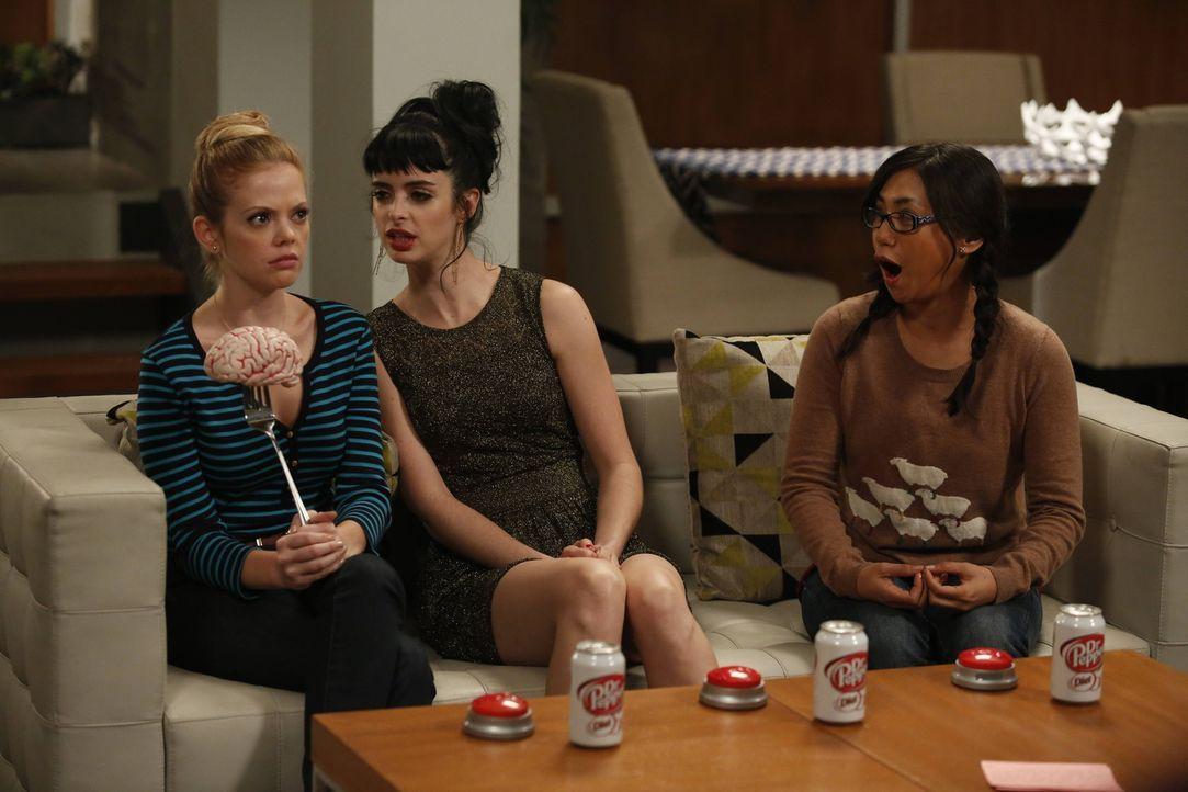 Robin (Liza Lapira, r.) ist begeistert: Sie ist dabei, als June (Dreama Walker, l.) und Chloe (Krysten Ritter, M.) sich als Konkurrentinnen durch ab... - Bildquelle: 2012 American Broadcasting Companies. All rights reserved.