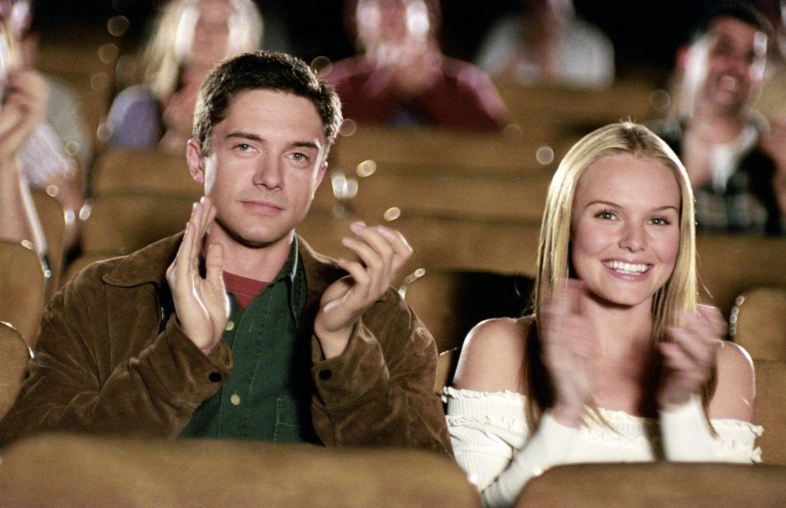 Kleinstadt-Schönheit Rosalee (Kate Bosworth, r.) kann ihr Glück kaum fassen: sie gewinnt ein Date mit Tad Hamilton, Hollywoods coolstem Jungstar! We... - Bildquelle: 2004 DreamWorks LLC. All Rights Reserved.