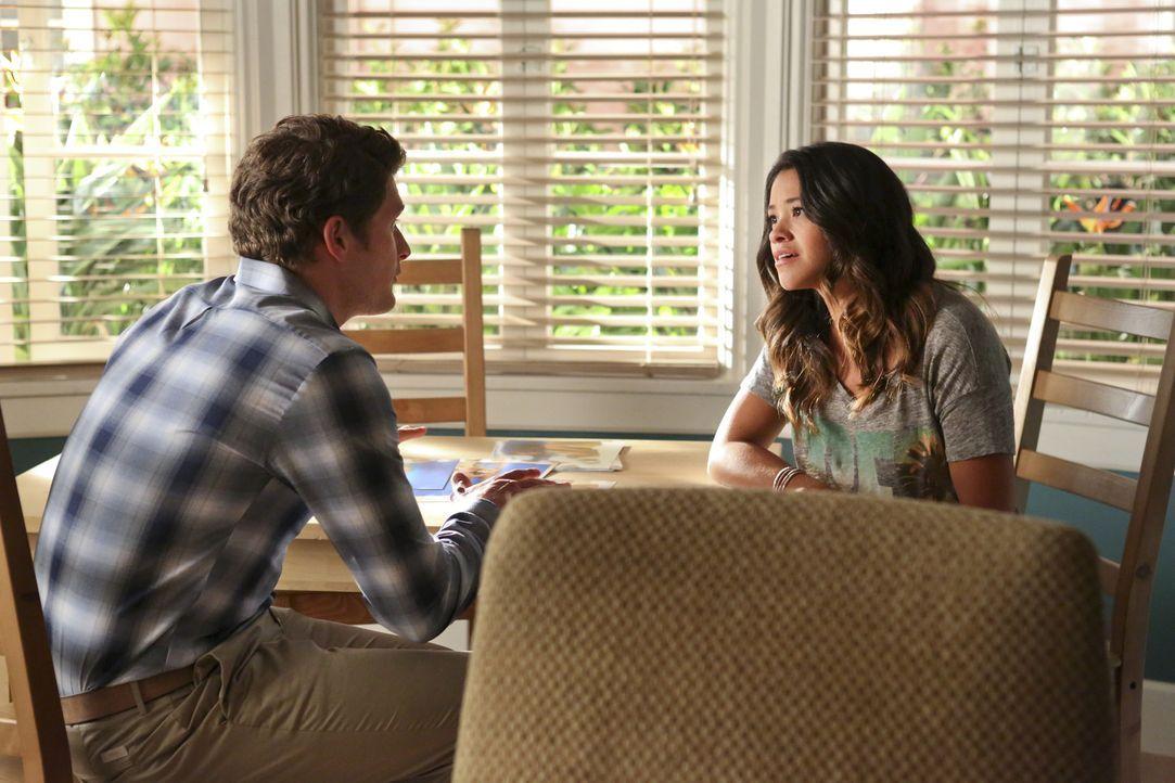 Jane (Gina Rodriguez, r.) beschließt, dass sie mehr Freiraum von ihrer Mutter braucht und zieht deshalb zu ihrem Verlobten Michael (Brett Dier, l.).... - Bildquelle: 2014 The CW Network, LLC. All rights reserved.
