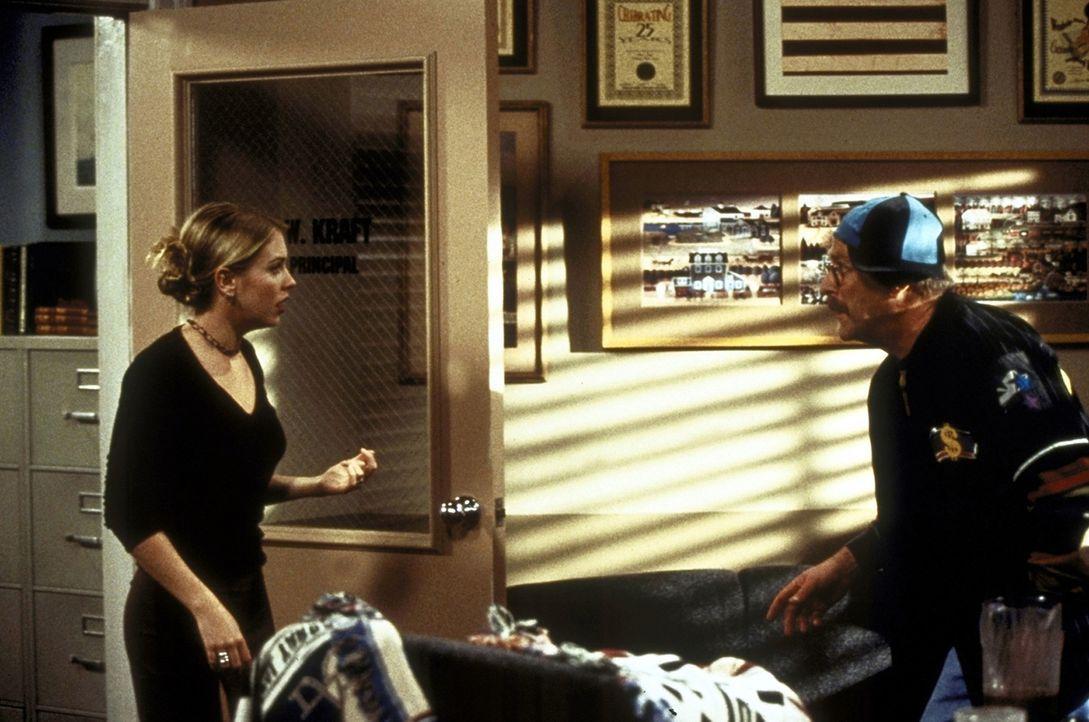 Sabrinas (Melissa Joan Hart, l.) Verjüngungstrank hat extreme Auswirkungen auf Mr. Krafts (Martin Mull) Verhalten ... - Bildquelle: Paramount Pictures