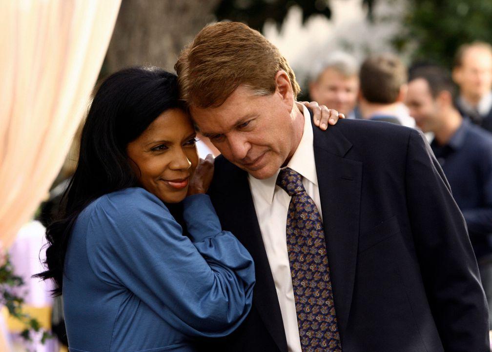 Dean (Penny Johnson, l.) verspricht Bob (Tom Berenger, r.), ihm während der schwierigen Zeit der Chemo-Behandlung beizustehen ... - Bildquelle: ABC Studios