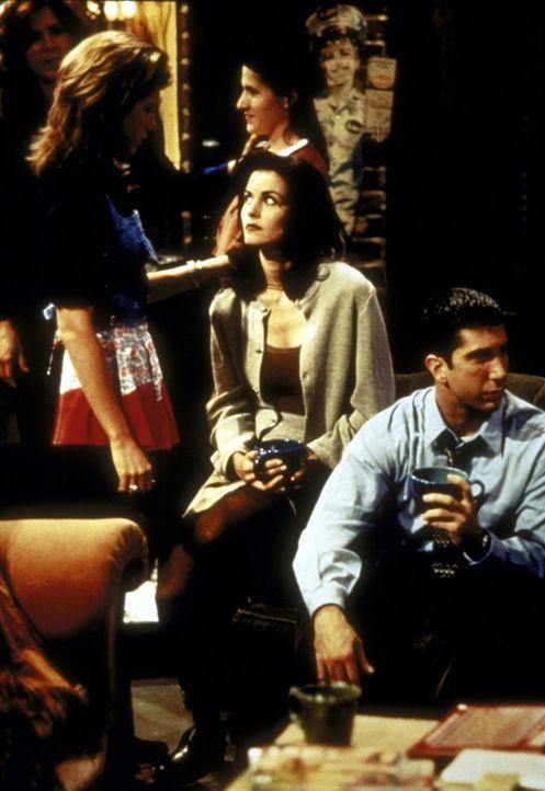 (v.l.n.r.) Rachel (Jennifer Aniston), Monica (Courteney Cox) und Ross (David Schwimmer) hat das Poker-Fieber gepackt, wobei sich Rachel und Ross als... - Bildquelle: TM+  2000 WARNER BROS.
