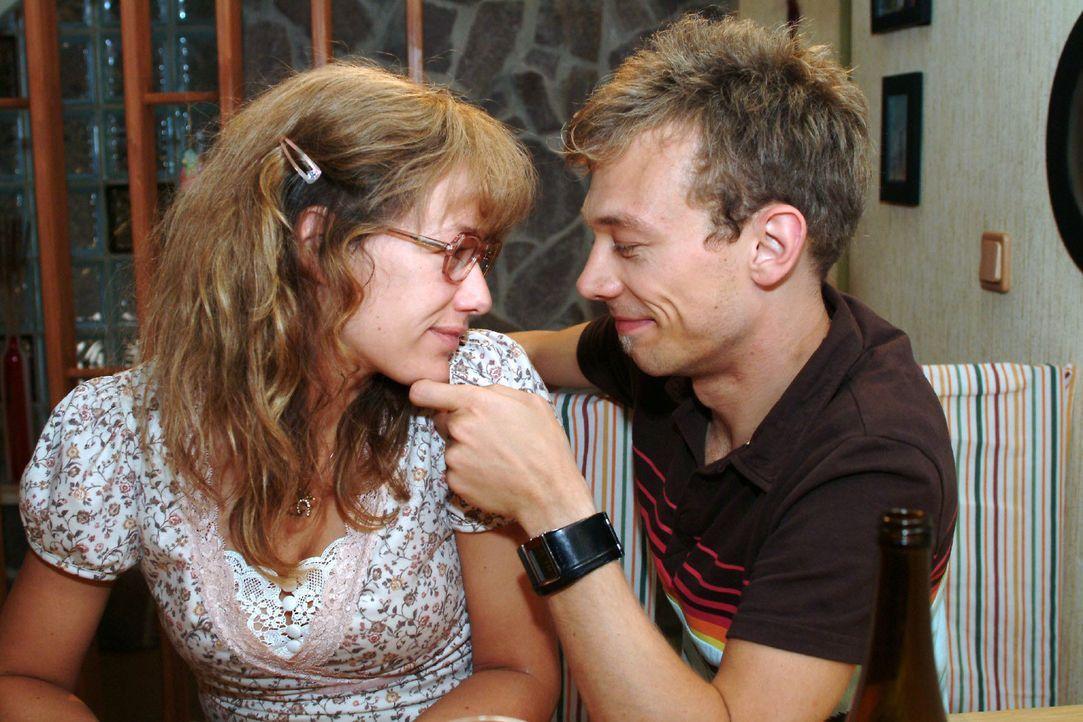 Zwei, die sich sehr gern haben: Lisa (Alexandra Neldel, l.) und Jürgen (Oliver Bokern, r.). (Dieses Foto von Alexandra Neldel darf nur in Zusammenha... - Bildquelle: Monika Schürle SAT.1 / Monika Schürle
