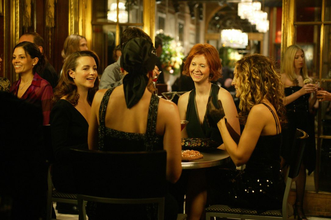 Halten stets zusammen: Samantha (Kim Cattrall, 2.v.l.) Carrie (Sarah Jessica Parker, r.), Miranda (Cynthia Nixon, 2.v.r.) und Charlotte (Kristin Dav... - Bildquelle: Paramount Pictures