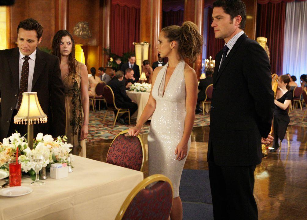 Der Geist der jungen Lorelei (Peyton List, 2.v.l.) treibt sein Unwesen ausgerechnet auf dem Kreuzfahrtschiff auf dem sich Melinda (Jennifer Lofe Hew... - Bildquelle: ABC Studios