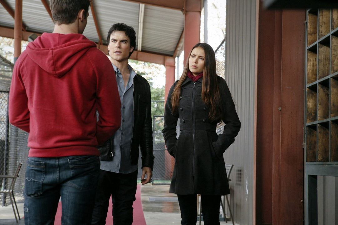 Damon (Ian Somerhalder, M.) und Elena (Nina Dobrev, r.) sind auf dem Weg nach Denver, um mit Hilfe von Jeremy (Steven R. McQueen, l.) den Geist von... - Bildquelle: Warner Brothers