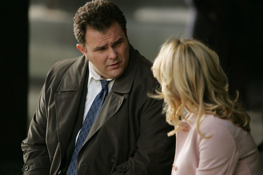 Als seine Jugendliebe Megan (Sarah Aldrich, r.) plötzlich wieder auftaucht, ist Det. Nick Vera (Jeremy Ratchford, l.) anfangs sehr verwirrt ... - Bildquelle: Warner Bros. Television