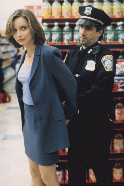 Ein harmloser Streit im Supermarkt eskaliert: Eine andere Kundin stürzt, weil Ally (Calista Flockhart, l.) ihr ein Bein stellt - die Anwältin wird i... - Bildquelle: Twentieth Century Fox Film Corporation. All rights reserved.