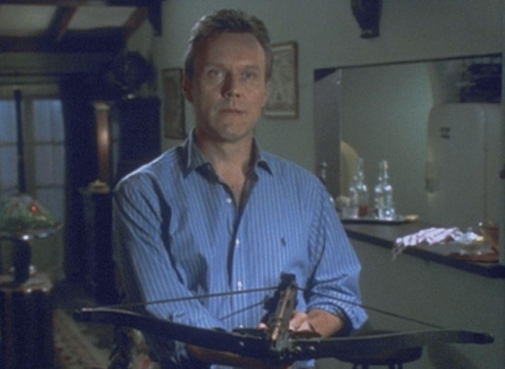 Giles (Anthony Stewart Head) wappnet sich gegen einen Angriff der mysteriösen Wesen aus der Unterwelt. - Bildquelle: TM +   2000 Twentieth Century Fox Film Corporation. All Rights Reserved.