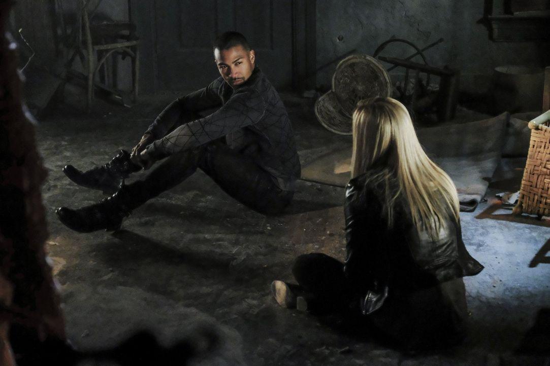 Ausgerechnet als Kol Rebekah (Claire Holt, r.) eine Falle stellt, taucht plötzlich auch Marcel (Charles Michael Davis, l.) auf und sie sind gemeinsa... - Bildquelle: 2016 Warner Brothers