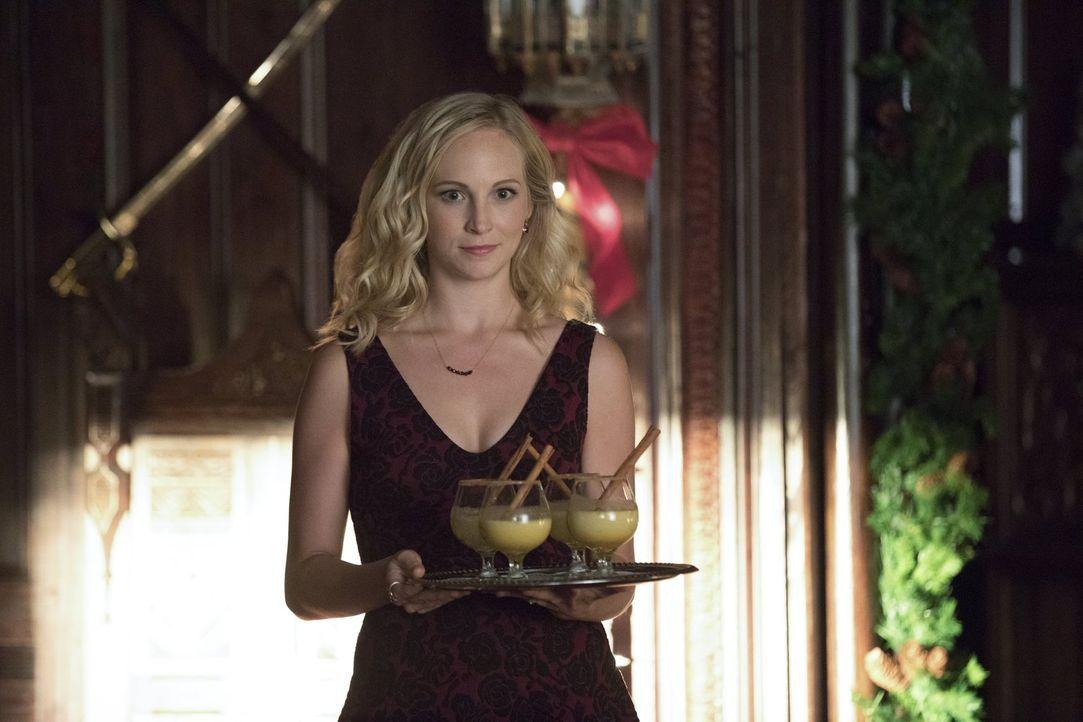 Als ungebetene Gäste drohen ihre Weihnachtsfeier zu zerstören, fasst Caroline (Candice King) einen Plan, um wenigstens eine Gefahr für ihre Liebsten... - Bildquelle: Warner Bros. Entertainment, Inc.