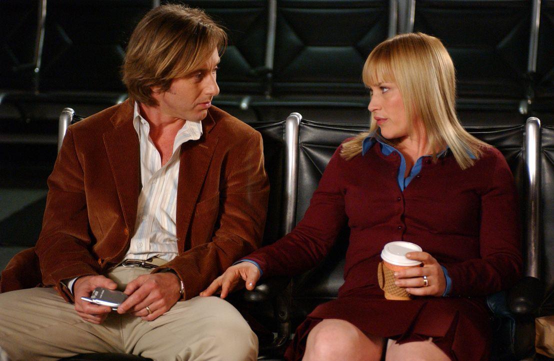 Allison (Patricia Arquette, r.) hat von einem Flugzeugabsturz geträumt. Ihr Mann Joe (Jake Weber, l.) wartet nun mit ihr am Flughafen auf die besag... - Bildquelle: Paramount Network Television