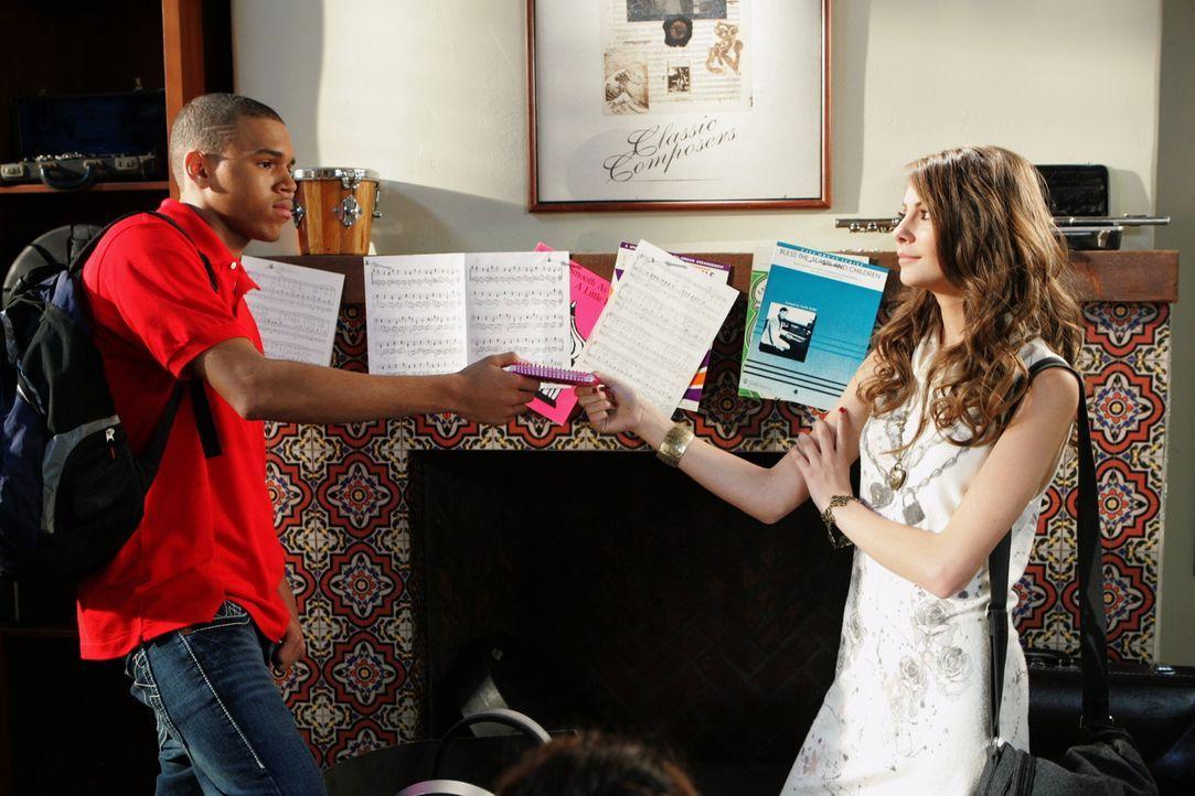 Als Kaitlin (Willa Holland, r.) denkt, dass sie Will (Chris Brown, l.) dazu kriegen kann, ihre Arbeit zu machen, fordert er sie heraus bis Funken fl... - Bildquelle: Warner Bros. Television