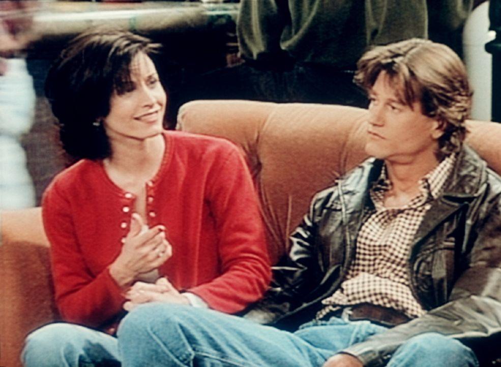 Monica (Courteney Cox, l.) und Fun Bobby (Vincent Ventresca, r.) versuchen erneut ihr Glück. - Bildquelle: TM+  2000 WARNER BROS.