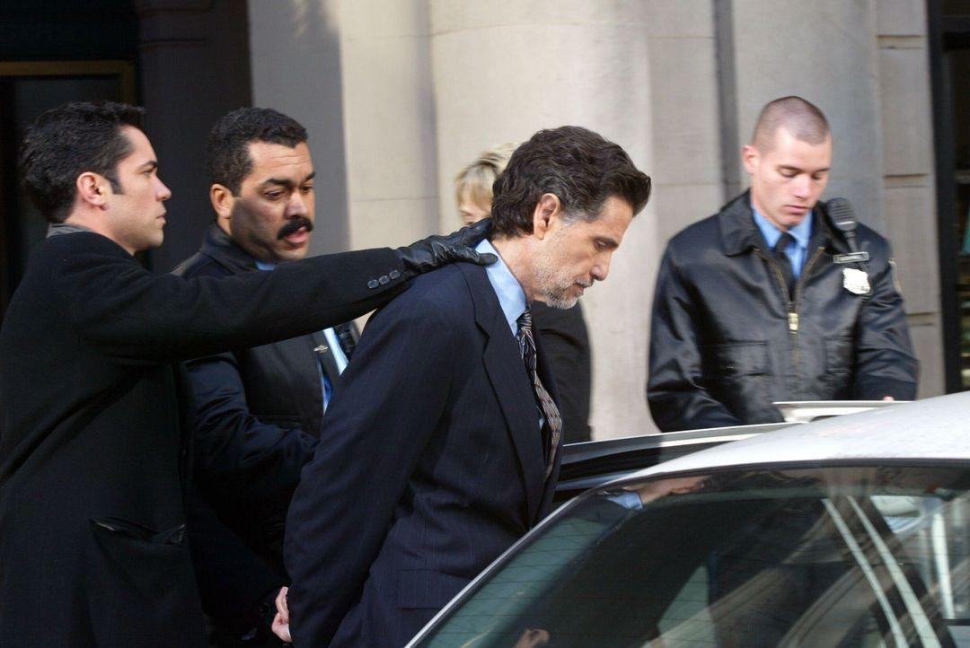 Det. Scott Valens (Danny Pino, l.) und seine Kollegen verhaften Adam Clarke (Chris Sarandon, 2.v.r.). - Bildquelle: Warner Bros. Television