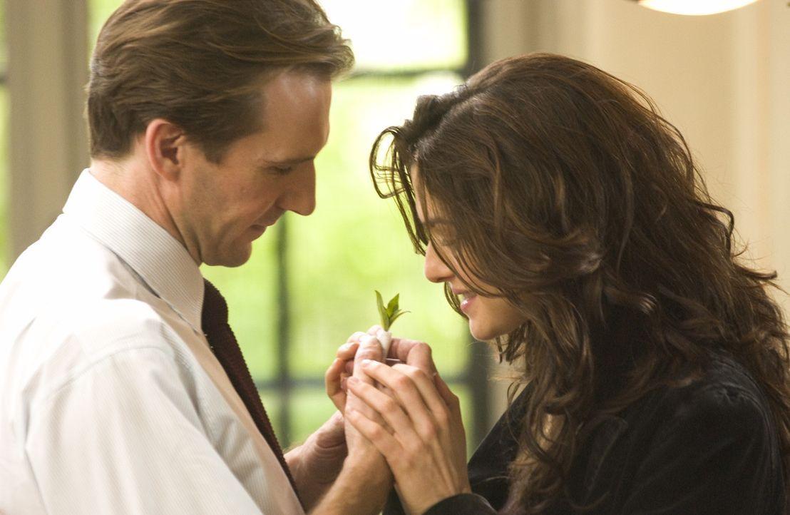 Erst nach dem geheimnisvollen Unfalltod seiner Frau Tessa (Rachel Weisz, r.) scheint sich der Diplomat Justin Quayle (Ralph Fiennes, l.) das erste M... - Bildquelle: Epsilon Motion Pictures