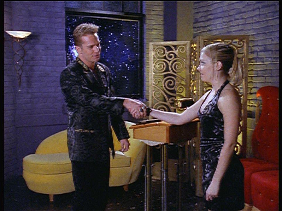 Sabrina (Melissa Joan Hart, r.) wird von Harrison (Josh Holland, l.), dem Besitzer des angesagtesten Clubs im anderen Reich, Willkommen geheißen. - Bildquelle: Paramount Pictures