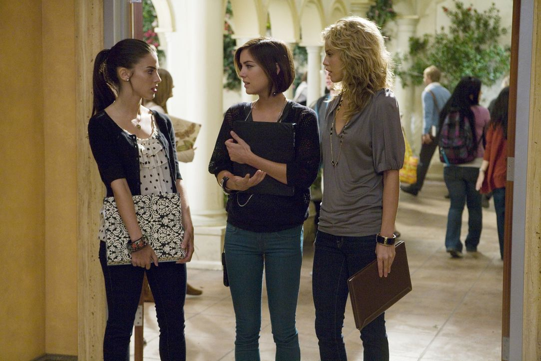 Adrianna (Jessica Lowndes, l.) erzählt ihren Freundinnen Silver (Jessica Stroup, M.) und Naomi (AnnaLynne McCord, r.), dass sie Navid verlassen hat... - Bildquelle: TM &   CBS Studios Inc. All Rights Reserved