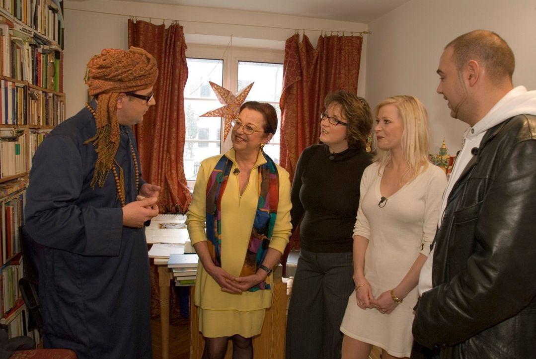 Der studierte Orientalist Thomas (l.) begrüßt Anna Maria, Simone, Tanja und Rene bei sich zu Hause und freut sich auf die Outfitvorschläge, die die... - Bildquelle: Walter Wehner Sat.1