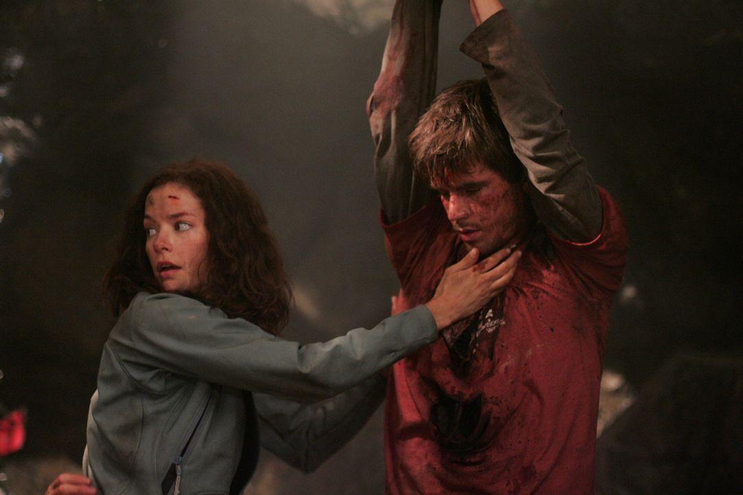 Haley (Gina Holden, l.) ist besorgt um ihren Bruder Tommy (Graham Wardle, r.) der verletzt von der Decke hängt ... - Bildquelle: Warner Bros. Television
