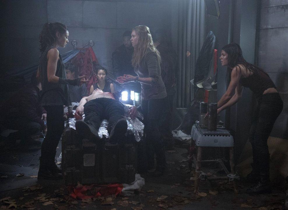 Können Raven (Lindsey Morgan, l.), Clarke (Eliza Taylor, 3.v.r.) und Octavia (Marie Avgeropoulos, r.) Finn noch retten, nachdem ihnen bewusst wird,... - Bildquelle: Warner Brothers
