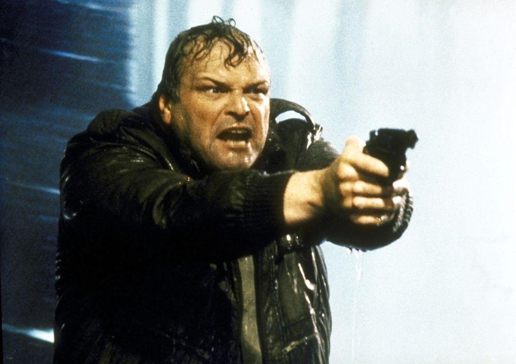 Kopfgeldjäger Michael Magruder (Brian Dennehy) versucht, einen Entflohenen zu stellen. - Bildquelle: ORION PICTURES CORPORATION. ALL RIGHTS RESERVED.