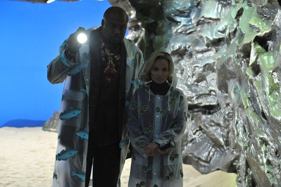 Gelingt es Emerson Cod (Chi McBride, l.) und Olive (Kristin Chenoweth, r.), den mysteriösen Fall um den Leuchtturmwächter aufzuklären? - Bildquelle: Warner Brothers