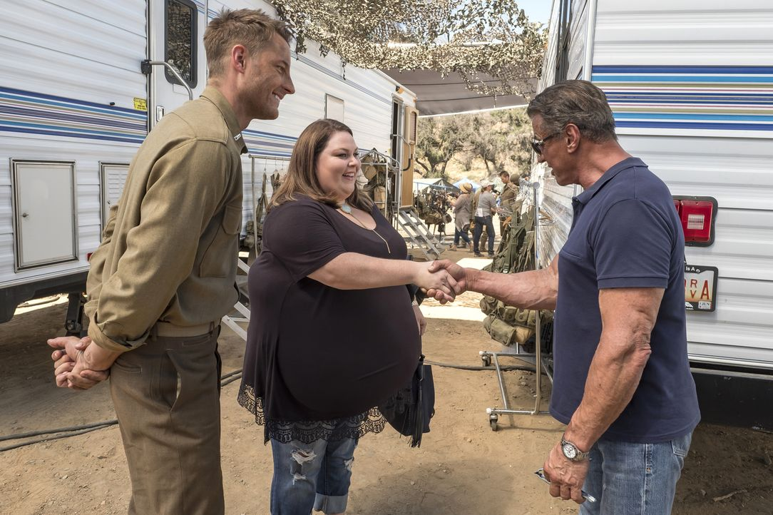 Völlig von den Socken stellt Kevin (Justin Hartley, l.) seiner Schwester Kate (Chrissy Metz, M.) seinen neuen Schauspielkollegen am Set vor: Sylvest... - Bildquelle: Ron Batzdorff 2017-2018 NBCUniversal Media, LLC.  All rights reserved.