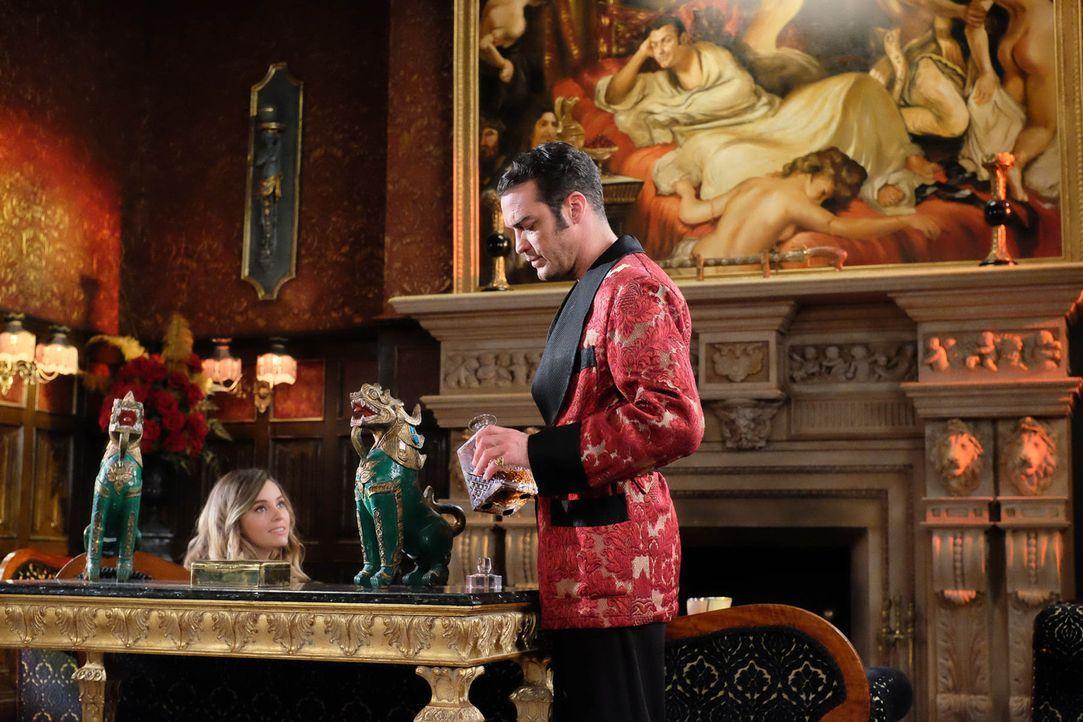 Während der Kampf um den Thron zwischen Cyrus (Jake Maskall, r.) und Helena tobt, steht Violet (Keeley Hazell, l.) auf der Seite des neuen Königs. A... - Bildquelle: 2015 E! Entertainment Media LLC/Lions Gate Television Inc.