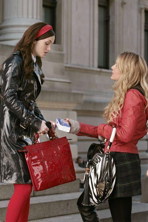 Serena (Blake Lively, r.) besorgt einen Schwangerschaftstest für Blair (Leighton Meester, l.). Alle anderen gehen jedoch davon aus, dass sie selbst... - Bildquelle: Warner Brothers